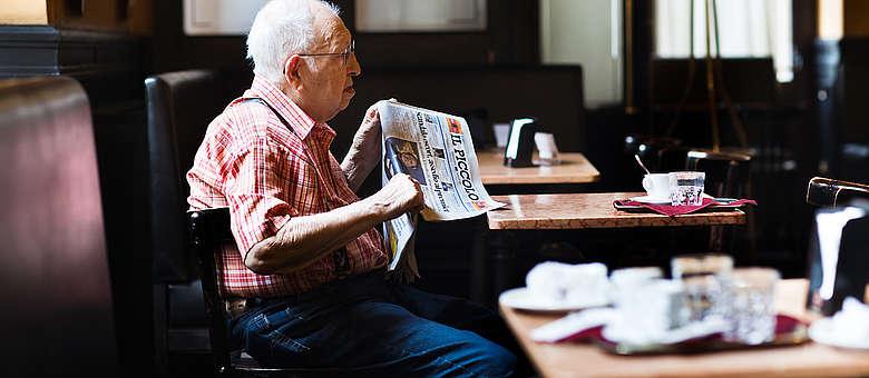Cafe Illy und die Tageszeitung gehören in Triest, im historischen Cafe del Orologio einfach dazu
