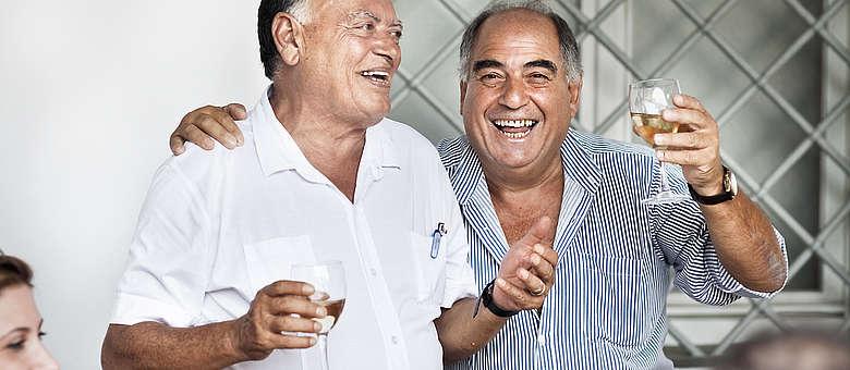 Gute Stimmung beim Sonntagsessen der befreundeten Familien in Gorizia, ein Glas Weißwein darf natürlich nicht fehlen