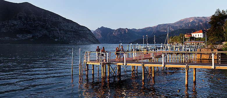 Blick am späten Nachmittag auf den Iseo-See und den Bootsanlager in Iseo in Norditalien in der Region Lombardei, wo die Franciacorta-Weine erzeugt werden