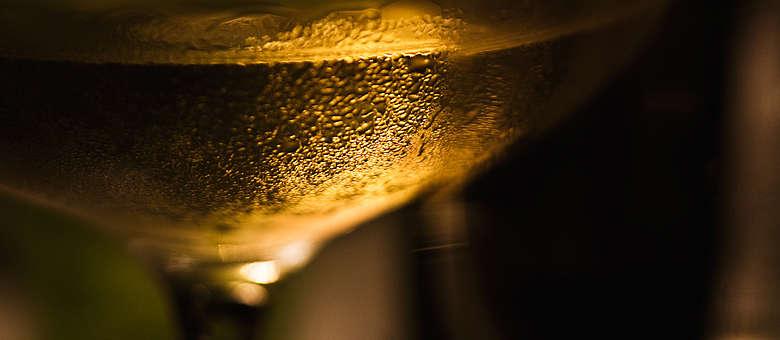 Fotokunst von Markus Bassler, Weißwein kann im Friaul auch eine kräftige Farbe besitzen