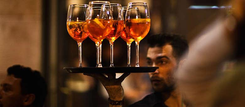 Tablett mit dem beliebten Sprizz-Getränk - Aperol und Prosecco oder vino frizzante in der Bar am piazza dell unita in Triest im östlichsten Teil des Friauls.