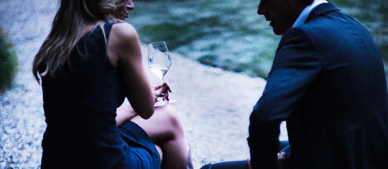 Knisternde Stimmung am Abend beim Volksfest des San Daniele Schinkens in San Daniele im Friaul, gewünschte Intimität im ruhigen Park der Villa bei einem Glas Friulano