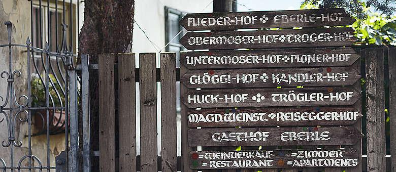 Suedtirol- Hoelzerne Wegweiser zu den Weinhöfen des St. Magdalener-Gebietes oberhalb von Bozen, copyright Weinwelten Italien