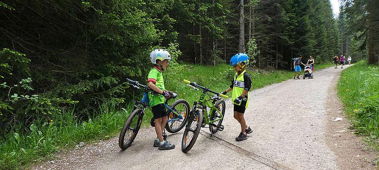 Italien-Suedtirol-Sehr Junge Mountainbiker bei der Besprechung oberhalb von Jenesien