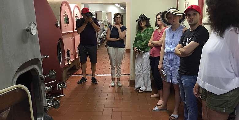 Im Weinkeller von Monteraponi in Radda, Alessandra Deiana erklärt das Besondere der Weine