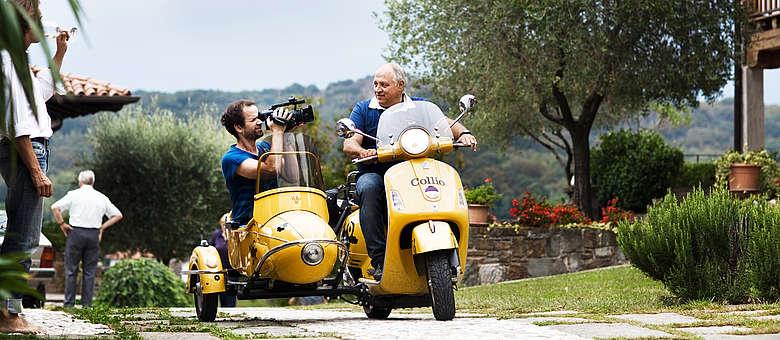 Filmemacher Daniel Hartlaub mit Collio-Winzer Edi Keber in seinem Vespa-Roller mit Sozius. Eine tolle Idee, ein faszinierendes Weinanbaugebiet zu erkunden.