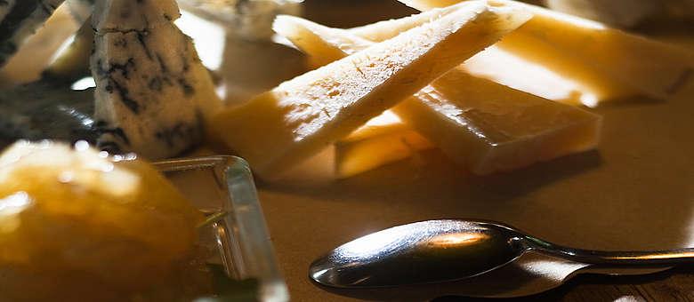 Das Weinland Friaul ist bekannt für seine leckeren Kuhmilchkäse, die bei kleinen Affinateuren auf Holzregalen heranreifen, der Montasio ist der bekannteste Kuhmilchkäse, der in größerer Menge erzeugt wird.