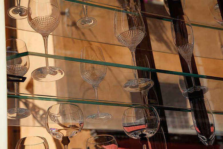 Italien, Modena, Stilvolle Glasvitrine in Modena Innenstadt