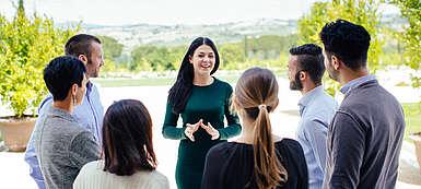 Maremma, Toskana - Eine Mitarbeiterin des Unternehmens Cecchi erklärt einer Gruppe von Besuchern die Besonderheiten des Weingutes und der Weine von Val delle Rose bei einer Weingutsführung