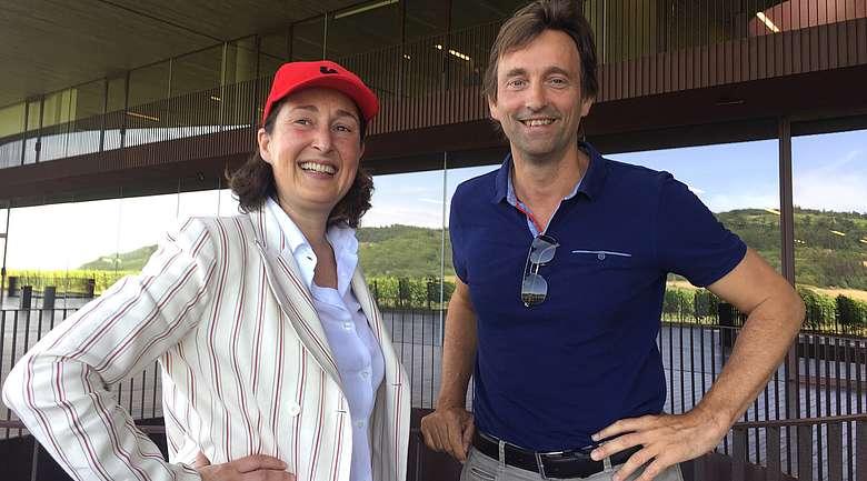 Albiera Antinori, Präsident von Marchese Antinori und Steffen Maus vor der Kellerei von Antinori im Chianti Classico
