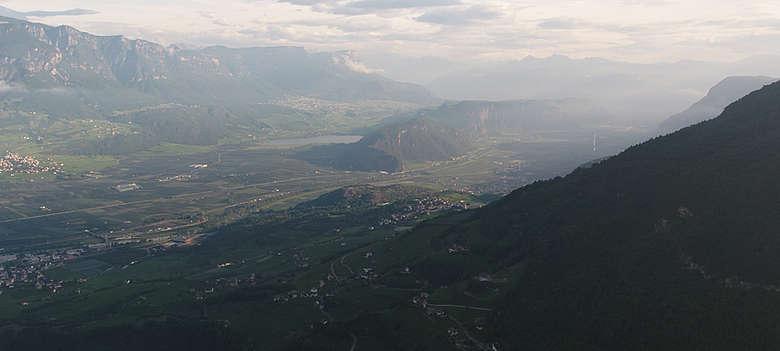 Italien-Wein-Suedtirol-Panorama der Weinberge des Unterlands, von Anton Longo und