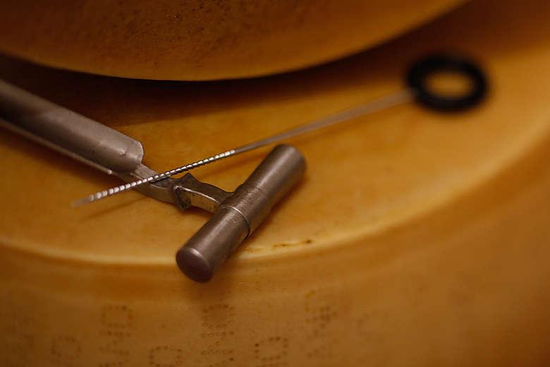 Italien, Modena, Metallbohrer für Parmesan-Käse