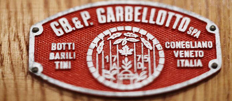 Wein-Italien-Venetien-Stempel von Fasshersteller Garbellotto auf großem Holzfass