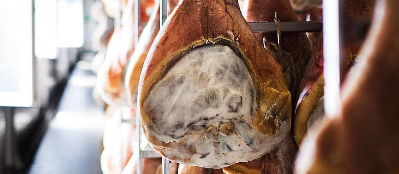 Ein gesalzener Schweinehinterlauf, der im Bergwind des Ortes San Daniele vor sich hin reift und als leckerer San Daniele-Schinken auf den Markt kommen wird. Aus dem Friaul im Nordosten Italiens