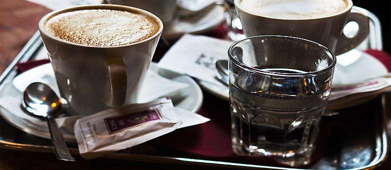 Leckerer Capuccino mit fluffigem Milchschaum in Triest, im historischen Cafe del Orologio, das ist Italien