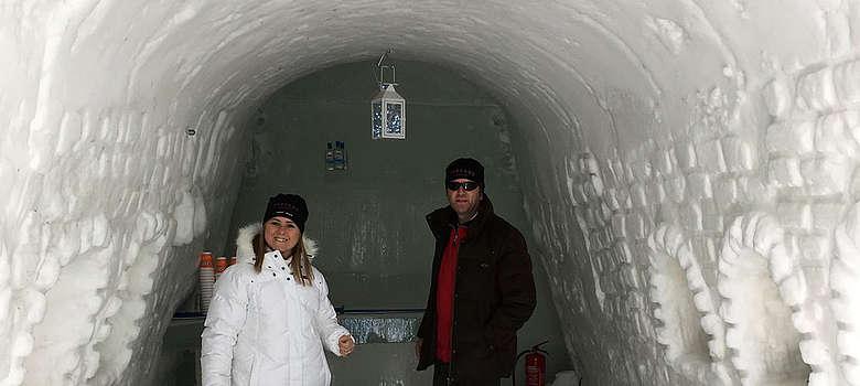 Monia Piccini vom Weingut Palagio di Panzano und Cosimo Gericke von Rignana im Iglu in Lappland