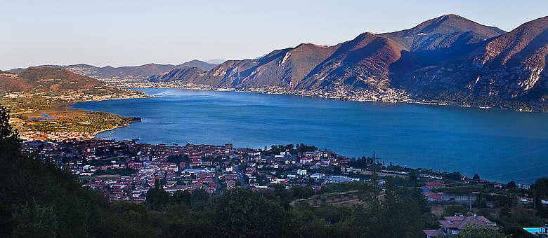 Blick am späten Nachmittag auf den Iseo-See und den Ort Iseo in Norditalien in der Region Lombardei, wo die Franciacorta-Weine erzeugt werden