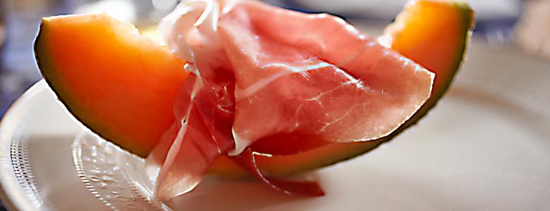 Italien, Emilia-Romagna, Lecker angerichteter Parmaschinken mit Melone auf weißem Teller
