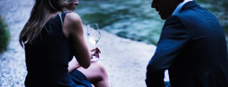 Italien, Friaul, Friulino, Collio: Mann und Frau im Gespräch, das Weißweinglas in der Hand