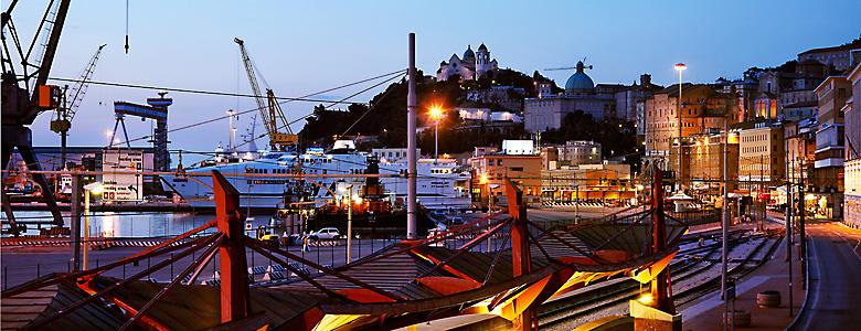 """Italien, Marken, Verdicchio, der Hafen, auf italienisch """"porto"""", von Ancona in der Abenddämmerung"""